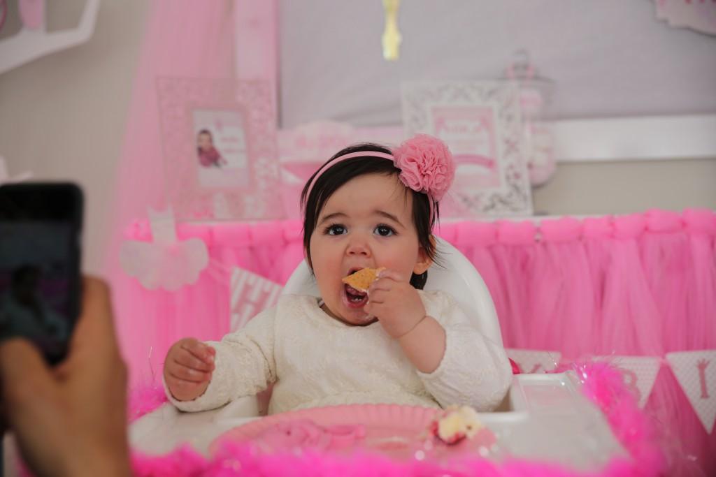1 yaş doğum günü organizasyonu Hira pasta yiyor - Bulut Parti Evi Ankara