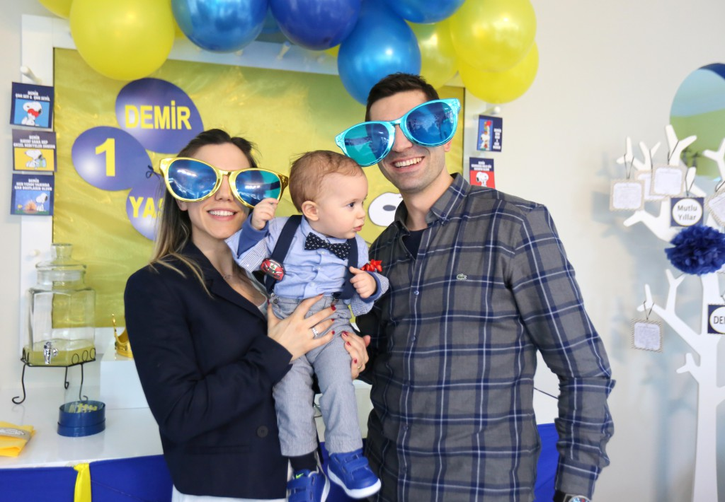 Demir ve ailesi komik gözlüklerle-Bulut Parti