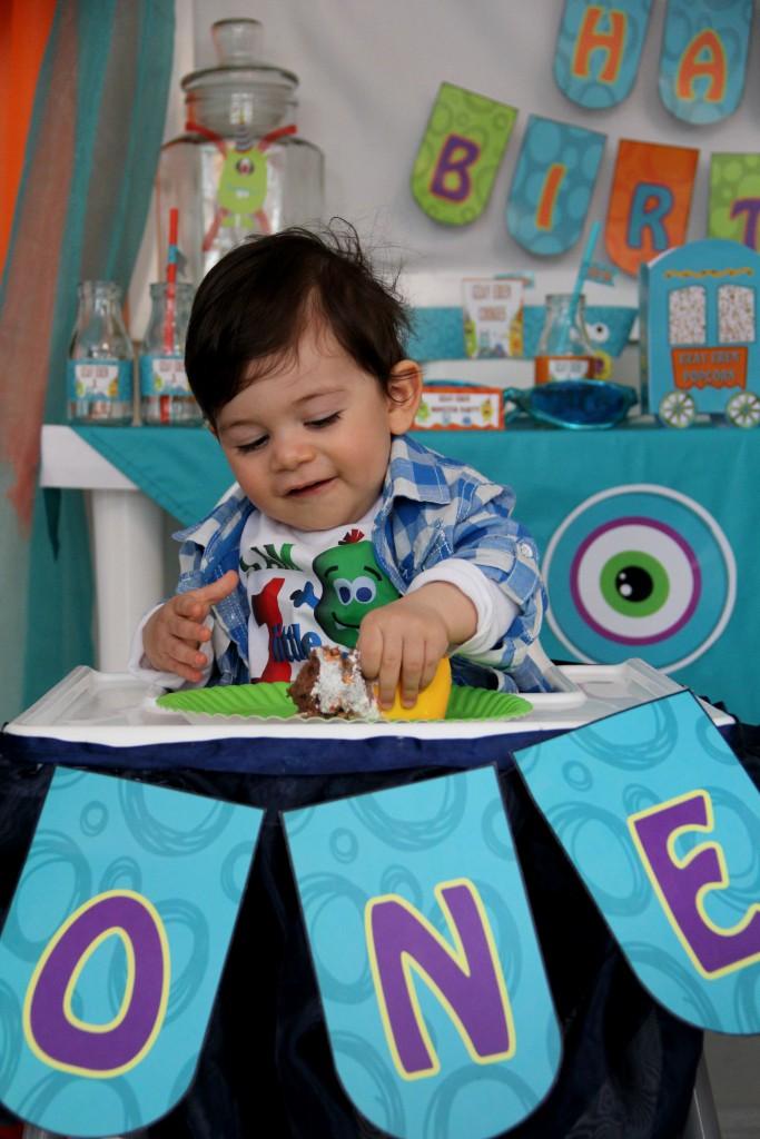 Uzay Eren ilk pastasını yiyor