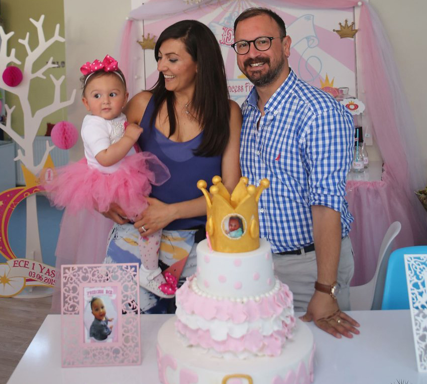 Ece bir yaş doğum günü organizasyonu aile pozu